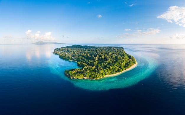 Luchtmening het tropische ertsader caraïbische overzees van het strandeiland. indonesië molukse archipel, banda-eilanden, pulau ay. top toeristische reisbestemming, beste duiken snorkelen. Premium Foto