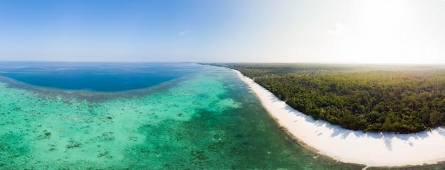 Luchtmening het tropische ertsader caraïbische overzees van het strandeiland. indonesië molukse archipel, kei-eilanden, banda-zee. topreisbestemming, beste duiken snorkelen, verbluffend panorama. Premium Foto