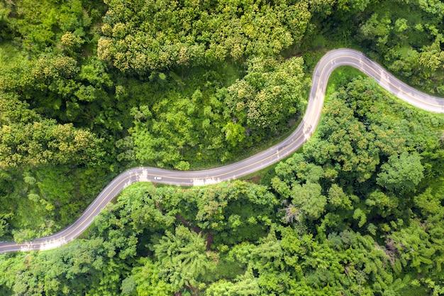 Luchtmening over bergweg die door tropisch regenwoudlandschap gaan in thailand. Premium Foto
