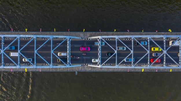Luchtmening over verkeersbrug over rivier, auto's op brug Premium Foto