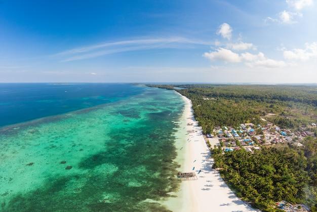 Luchtmening tropisch strand caraïbische overzees. indonesië molukse archipel, kei-eilanden Premium Foto
