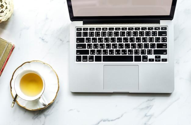 Luchtmening van computerlaptop en een kop thee Gratis Foto