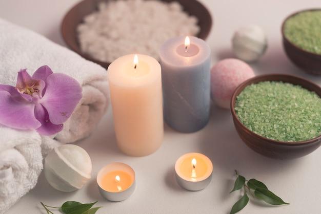 luchtmening van de verlichte producten van de kaarsenbehandeling op witte achtergrond gratis foto