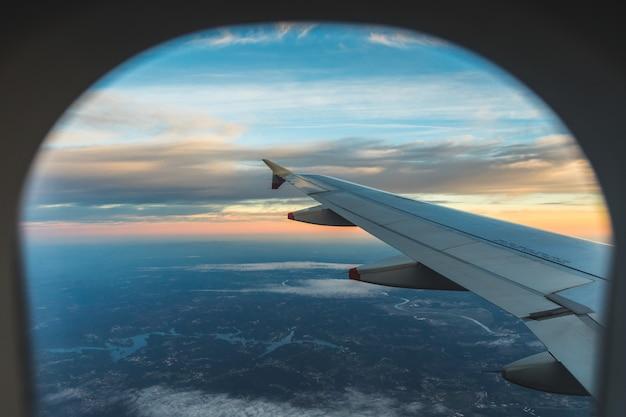 Luchtmening van de zetel van het vliegtuigvenster over vleugel Premium Foto
