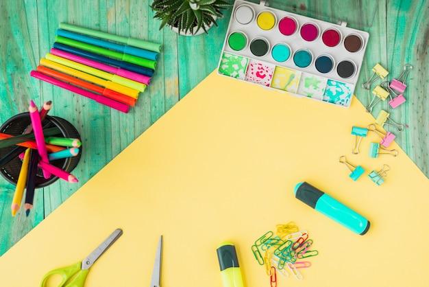 Luchtmening van een kleurrijke ambachtlevering en een ingemaakte installatie op houten lijst Gratis Foto