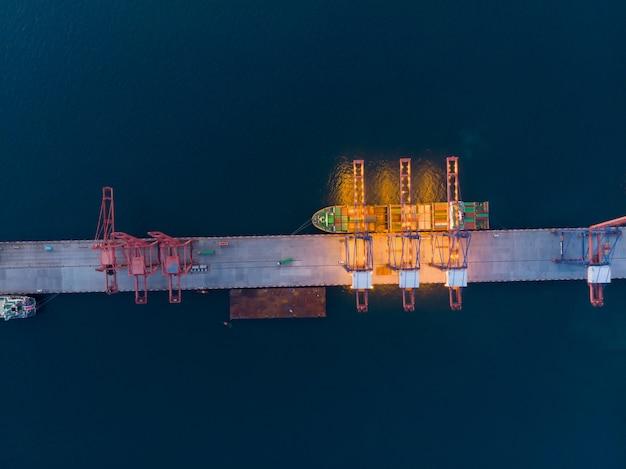 Luchtmening van gassenschip rond internationale eindschiphaven. Premium Foto