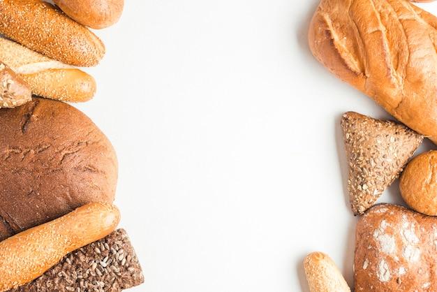 Luchtmening van gebakken broodliefdes op witte achtergrond Gratis Foto