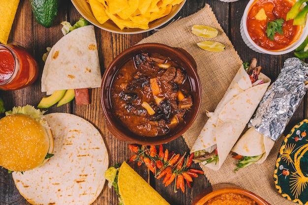 Luchtmening van heerlijk mexicaans voedsel op bruine houten lijst Gratis Foto