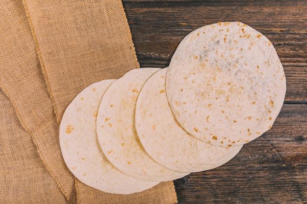 Luchtmening van heerlijke tarwe mexicaanse tortilla op lijst Gratis Foto