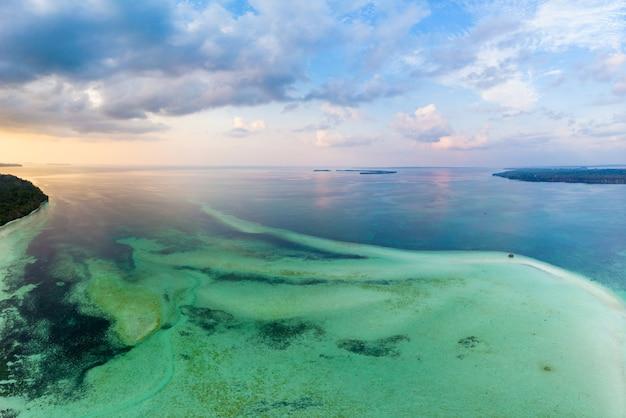 Luchtmening van het het eilanderif van het menings tropische strand caraïbische overzeese dramatische hemel bij zonsondergangzonsopgang. indonesië molukse archipel, kei-eilanden, banda-zee. topreisbestemming, duiken snorkelen Premium Foto