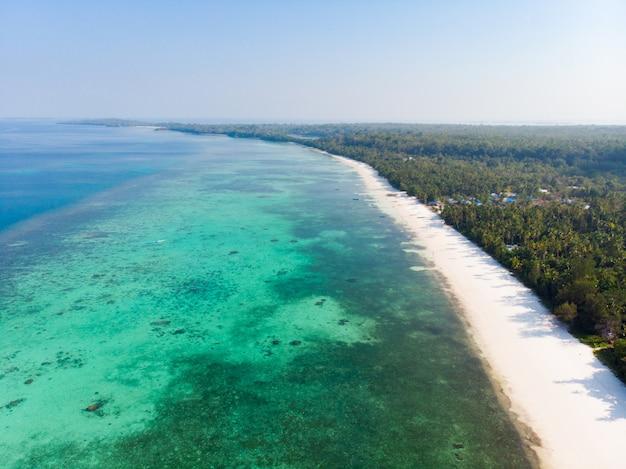 Luchtmening van het het eilandertsader van het menings tropische strand caraïbische overzees in pasir panjang. indonesië molukse archipel, kei-eilanden, banda-zee. topreisbestemming, beste duiken snorkelen, verbluffend panorama. Premium Foto