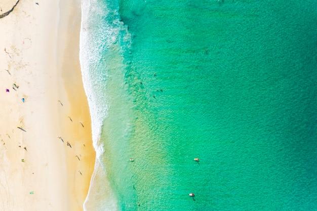 Luchtmening van mooi zandig strand met toeristen die in mooie andaman overzees zwemmen Premium Foto