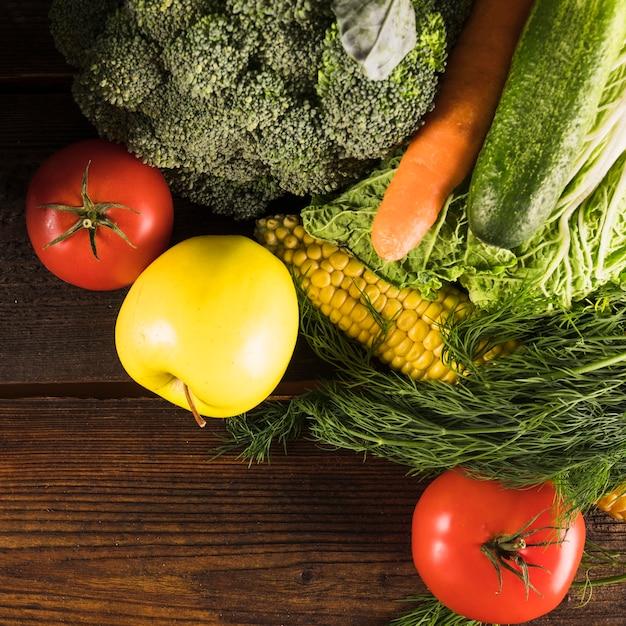 Luchtmening van verse rauwe groenten op houten bureau Gratis Foto