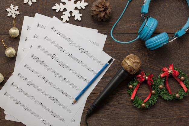 Luchtmening van vrolijk kerstmis en muziek achtergrondconcept