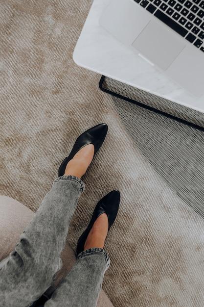 Luchtmening van vrouw die in haar bureau werken Gratis Foto