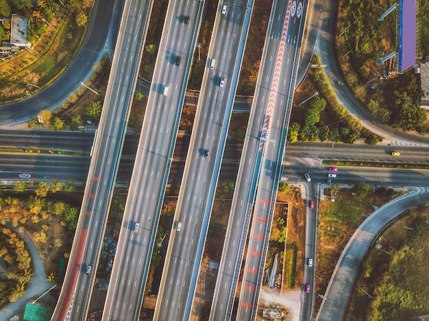 Luchtmening van weg en viaduct in stad Premium Foto