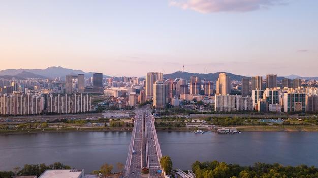 Luchtmening van zonsondergang bij de stadshorizon van seoel, zuid-korea. Premium Foto