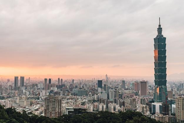 Luchtpanorama over taipeh van de binnenstad met wolkenkrabber 101 van taipeh Premium Foto