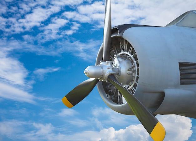 Luchtschroef op blauwe hemel. oud vliegtuig Premium Foto