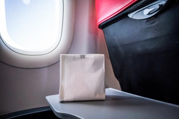Luchtziek misselijk persoon in de luchtziekte braakselzak bereid om te braken Premium Foto