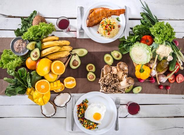 Lunch aan tafel met gezonde biologische voeding. bovenaanzicht Gratis Foto