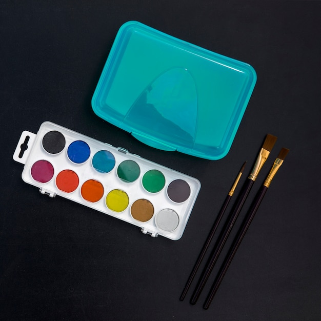 Lunchbox, aquarellen en borstels op blackboard Gratis Foto