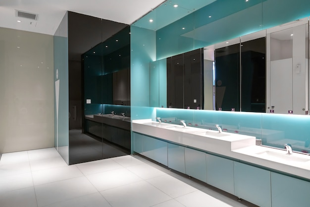 Luxe badkamer in het winkelcentrum Premium Foto