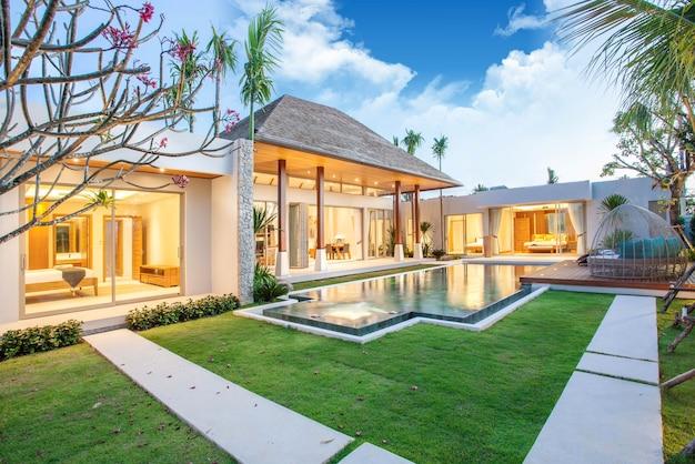 Luxe binnen- en buiten design zwembadvilla met woonkamer Premium Foto