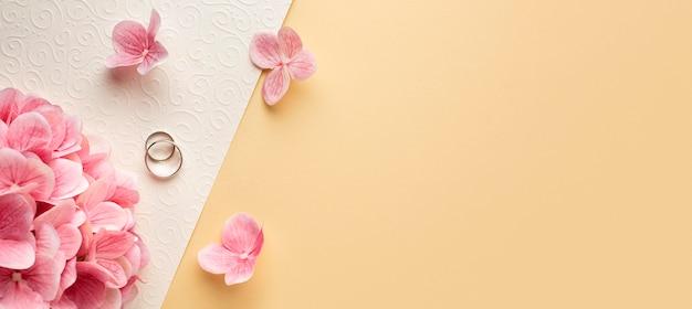 Luxe bruiloft concept bloemblaadjes kopie ruimte Gratis Foto