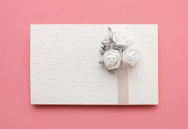 Luxe bruiloft concept bovenaanzicht envelop Gratis Foto
