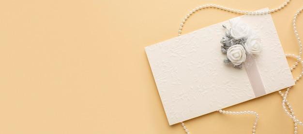 Luxe bruiloft concept envelop met bloemen Gratis Foto