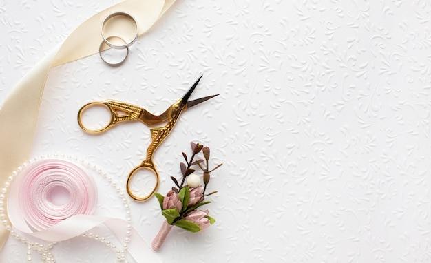 Luxe bruiloft concept met een schaar en lint Gratis Foto