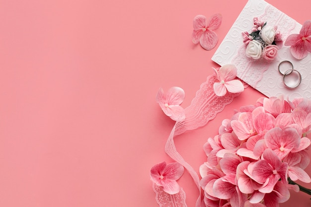 Luxe bruiloft concept roze bloemen en ringen Premium Foto