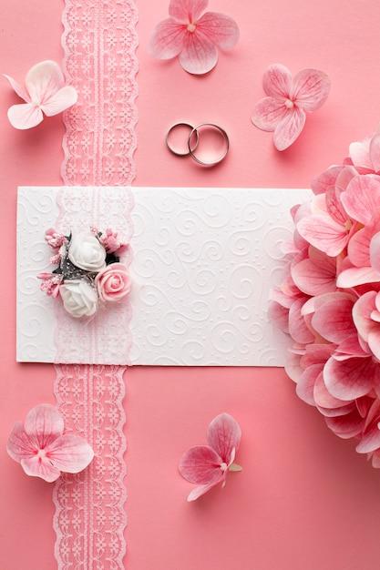 Luxe bruiloft concept roze bloemen en trouwringen Gratis Foto