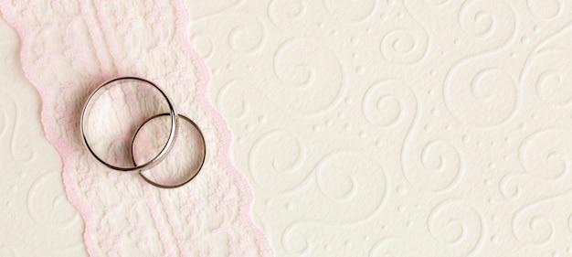 Luxe bruiloft concept trouwringen en lint Gratis Foto