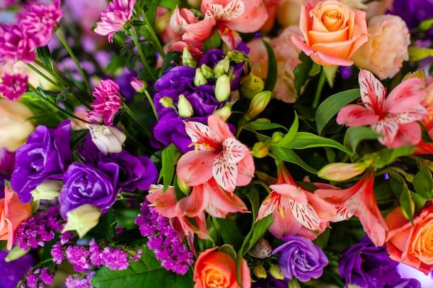 Luxe bruiloft tafel met bloemen en bomen. Premium Foto