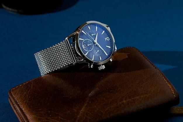 Luxe fashion horloge met blauwe wijzerplaat en metalen armband. Premium Foto