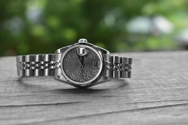 Luxe horloges geplaatst op een glinsterende glazen vloer Premium Foto
