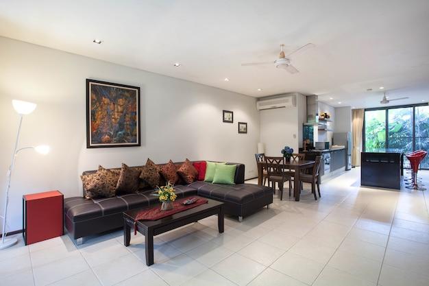 Luxe interieur in de woonkamer van villa s met zwembad en