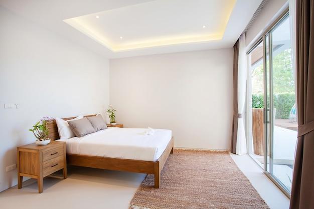 Luxe interieur in slaapkamer van zwembadvilla met knus kingsize bed