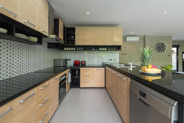Luxe interieur loftstijl in de keuken met kenmerkende eilandenteller Premium Foto