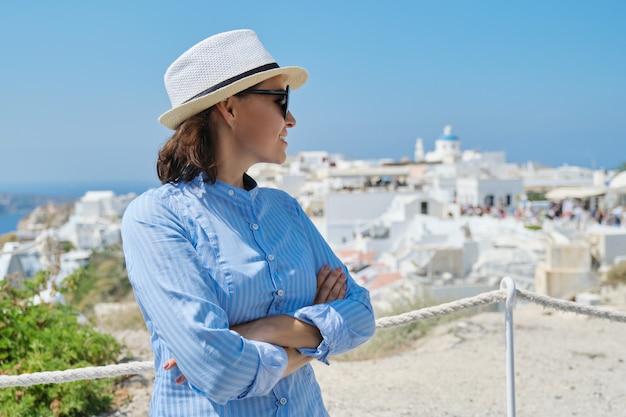 Luxe mediterrane cruisevakantie van volwassen vrouw Premium Foto