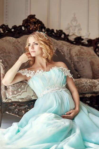Luxe mode zwangere blonde vrouw in een trouwjurk. Premium Foto