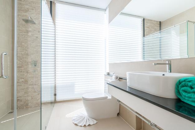 Luxe mooie interieur echte badkamer voorzien van wastafel, toiletpot in het huis of thuis gebouw Premium Foto