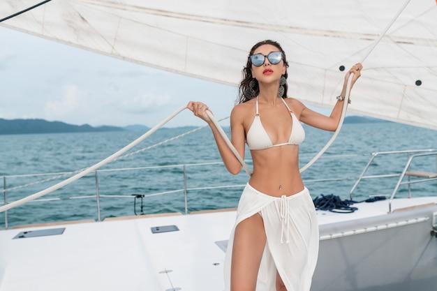 Luxe reisjacht. jonge vrouw die van de zonnige dagen op het varende jacht geniet het overzees. Premium Foto