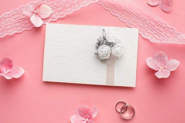 Luxe trouwringen concept en bloemen Premium Foto