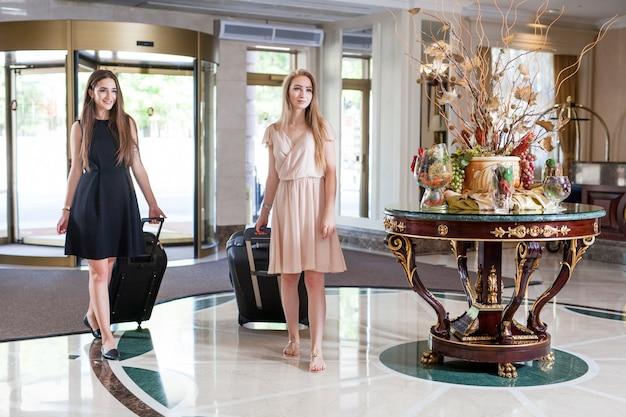 Luxe vijfsterrenhotel verwelkomt gasten in een weekend. Premium Foto