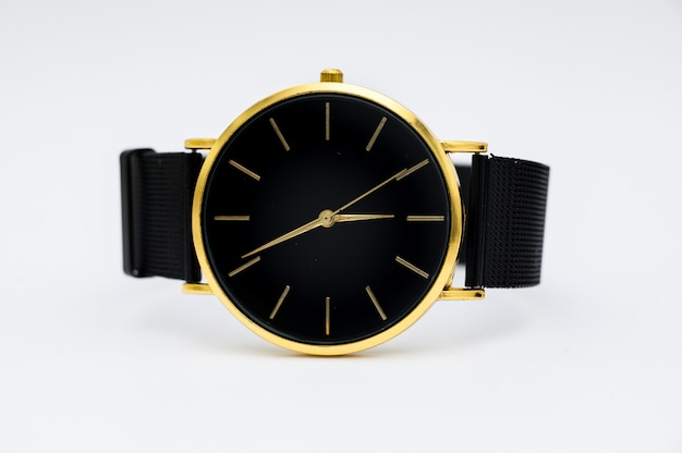 Luxehorloge op witte achtergrond wordt geïsoleerd die. met uitknippad. gouden horloge. vrouwen kijken. dameshorloge. Premium Foto