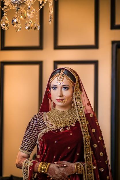 Luxueus mooi meisje die asin huwelijksstijl stellen Premium Foto