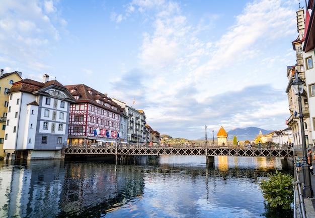 Luzern, zwitserland - 28 augustus 2018: uitzicht op de stad luzern, rivier de reuss met oud gebouw, luzern, zwitserland. Premium Foto